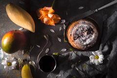 Todavía de la fiesta del té ife con la opinión superior de las frutas y de las flores Fotografía de archivo