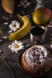 Todavía de la fiesta del té ife con las frutas y las flores en el fondo de piedra Fotografía de archivo