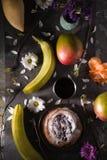 Todavía de la fiesta del té ife con las frutas y las flores verticales Foto de archivo