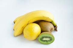 Todavía de la fruta la vida, plátanos, limón y kiwi, aisló el blanco del fondo Fotos de archivo libres de regalías