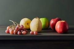 Todavía de la fruta vida en la tabla fotografía de archivo