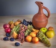 Todavía de la fruta vida otoñal con el jarro georgiano en etiqueta de madera rústica Fotos de archivo libres de regalías