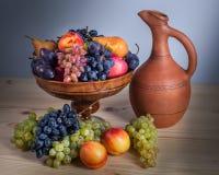 Todavía de la fruta vida otoñal con el jarro georgiano en etiqueta de madera rústica Fotografía de archivo