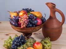 Todavía de la fruta vida otoñal con el jarro georgiano en etiqueta de madera rústica Foto de archivo