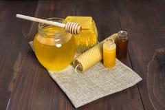 Todavía de la miel vida con la miel y la cera de abejas líquidas Fotos de archivo