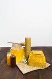 Todavía de la miel vida con la miel y la cera de abejas líquidas Fotografía de archivo libre de regalías