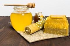 Todavía de la miel vida con la miel y la cera de abejas líquidas Fotografía de archivo