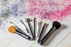 Todavía de la moda vida con los cepillos del maquillaje con la explosión de colores Fotos de archivo libres de regalías