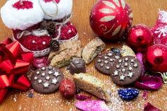 Todavía de la Navidad la vida con las galletas de la miel del jengibre, ornamentos, pino, zapatos, regalo, enrruella el caramelo  Foto de archivo