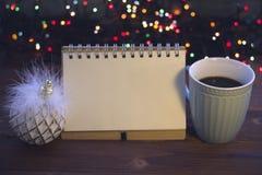 Todavía de la Navidad vida con café, el juguete y un cuaderno Foto de archivo
