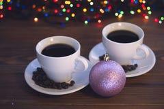 Todavía de la Navidad vida con dos tazas de café con los platillos Imagen de archivo libre de regalías