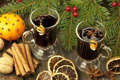 Todavía de la Navidad vida con dos vidrios de vino reflexionado sobre Fotos de archivo
