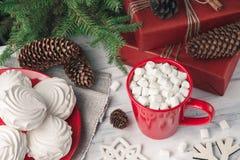 Todavía de la Navidad vida con el céfiro y la bebida caliente Fotos de archivo