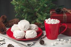 Todavía de la Navidad vida con el céfiro y la bebida caliente Foto de archivo libre de regalías