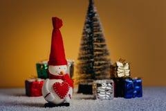 Todavía de la Navidad vida con el muñeco de nieve, el árbol y los regalos Luces del piso y de la noche Nevado Fotos de archivo
