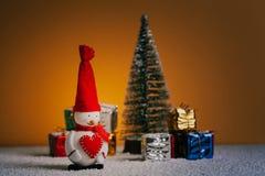 Todavía de la Navidad vida con el muñeco de nieve, el árbol y los regalos Luces del piso y de la noche Nevado Imagen de archivo libre de regalías