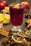Todavía de la Navidad vida con el vidrio de vino reflexionado sobre Imagen de archivo libre de regalías