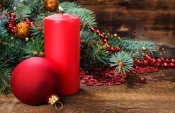 Todavía de la Navidad vida con la vela y las decoraciones Foto de archivo