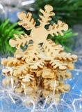 Todavía de la Navidad vida con las decoraciones y los copos de nieve de madera Imagen de archivo libre de regalías