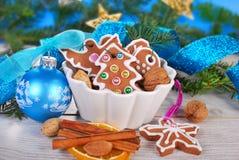 Todavía de la Navidad vida con las galletas del pan de jengibre Fotos de archivo