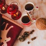Todavía de la Navidad vida con las letras, el té y el presente de Navidad Imagenes de archivo