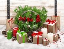 Todavía de la Navidad vida con las velas y decoratio ardientes de la caja de regalo Imágenes de archivo libres de regalías