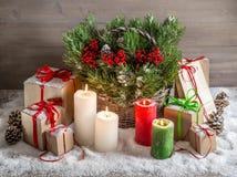 Todavía de la Navidad vida con las velas y la caja de regalo ardientes Foto de archivo libre de regalías