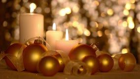 Todavía de la Navidad vida con las velas y las bolas de oro almacen de metraje de vídeo