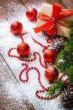 Todavía de la Navidad vida con los juguetes de la caja de regalo y de la rama y del día de fiesta de árbol de abeto en la nieve b Fotografía de archivo libre de regalías