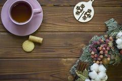 Todavía de la Navidad vida con té, galletas y decoraciones de la Navidad Fotografía de archivo libre de regalías