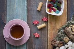 Todavía de la Navidad vida con té, la guirnalda del pino y un cuenco de caramelos coloreados Imagen de archivo libre de regalías