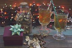 Todavía de la Navidad vida con té, luces de hadas y una caja de regalo Fotos de archivo libres de regalías