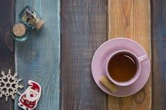 Todavía de la Navidad la vida con la taza de té, tarros minúsculos, árbol de navidad juega Imágenes de archivo libres de regalías