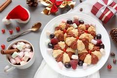 Todavía de la Navidad vida con la torta con las bayas frescas en la placa blanca Foco selectivo Imagen de archivo libre de regalías