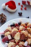 Todavía de la Navidad vida con la torta con las bayas frescas en la placa blanca Foco selectivo Imágenes de archivo libres de regalías