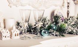 Todavía de la Navidad vida - dos vidrios de champán con las decoraciones de Navidad Fotos de archivo
