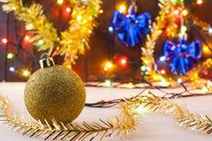 Todavía de la Navidad vida Nuevo Year& x27; juguetes de s en la tabla Invitación del Año Nuevo Foto de archivo libre de regalías