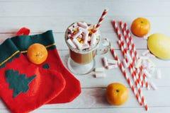 Todavía de la Navidad vida - taza del chocolate caliente con las melcochas, c Foto de archivo