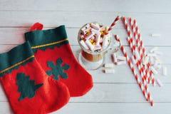 Todavía de la Navidad vida - taza del chocolate caliente con las melcochas, c Imágenes de archivo libres de regalías
