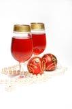 Todavía de la Navidad vida - vidrios con el vino y las bolas Fotografía de archivo