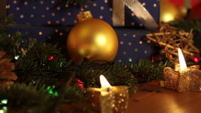 Todavía de la Navidad vida y velas y guirnalda almacen de video