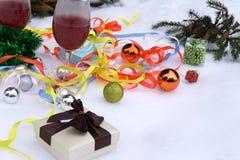 Todavía de la Navidad vidrios de la vida-dos de vino con las decoraciones de la Navidad y el árbol Imágenes de archivo libres de regalías