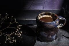 Todavía de la oscuridad taza de café del vintage de la vida y rama seca Fotos de archivo