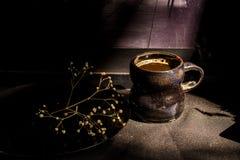Todavía de la oscuridad taza de café del vintage de la vida y rama seca Fotografía de archivo