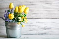 Todavía de la primavera vida con las flores en un fondo de madera Foto de archivo libre de regalías
