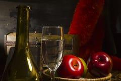 Todavía de la vendimia vida con el vino Imágenes de archivo libres de regalías