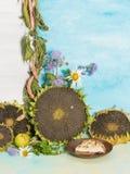 Todavía de la vertical vida con los pasteles deliciosos Foto de archivo libre de regalías