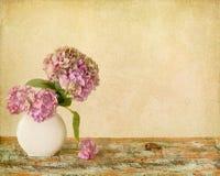 Todavía de las flores vida en el tablero de madera Imágenes de archivo libres de regalías