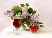 Todavía de las lilas vida púrpura y blanca Imagen de archivo