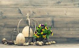 Todavía de Pascua la vida con los huevos y el pensamiento florece Estilo de la vendimia Foto de archivo